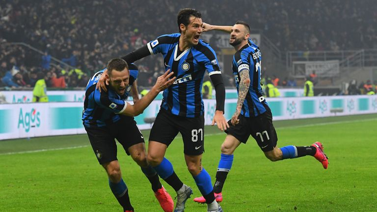 MILAN, ITALY - FEBRUARY 09: Stefan De Vrij of FC Internazionale celebrates after scoring his team third goal during the Serie A match between FC Internazionale and AC Milan at Stadio Giuseppe Meazza on February 9, 2020 in Milan, Italy. (Photo by Alessandro Sabattini/Getty Images)