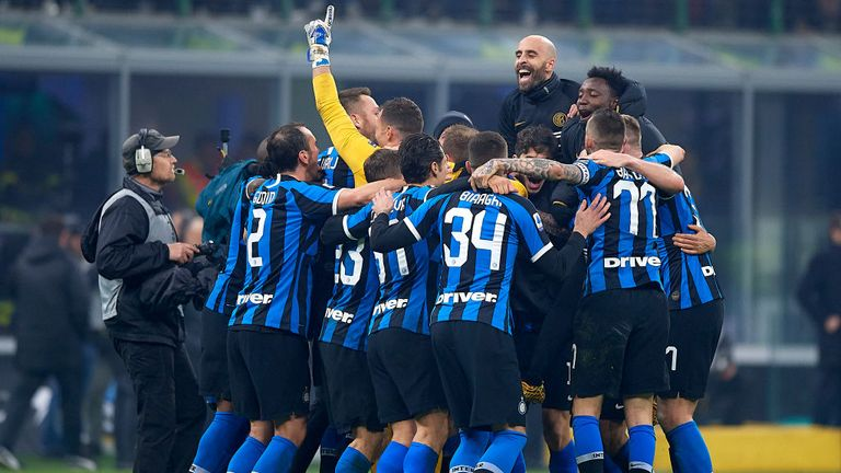 MILAN, ITALY - FEBRUARY 09: Players of Inter celebrates the victory at the end of the Serie A match between FC Internazionale and AC Milan at Stadio Giuseppe Meazza on February 9, 2020 in Milan, Italy. (Photo by Pablo Morano/MB Media/Getty Images)