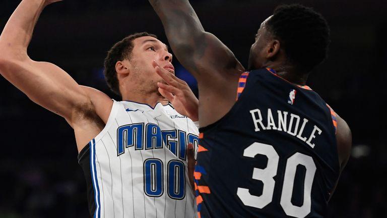 Julius Randle blocks Aaron Gordon's attempted dunk