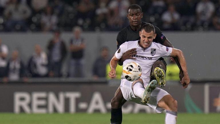 Ndicka busca deshacerse de Leo Bonatini de Vitoria durante un empate en la Europa League