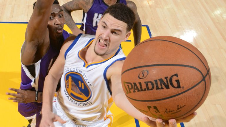 Klay Thompson drives to the basket en route to scoring 52 points in the Warriors' win over the Kings
