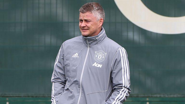 Manchester United continues to pay staff despite season postponement