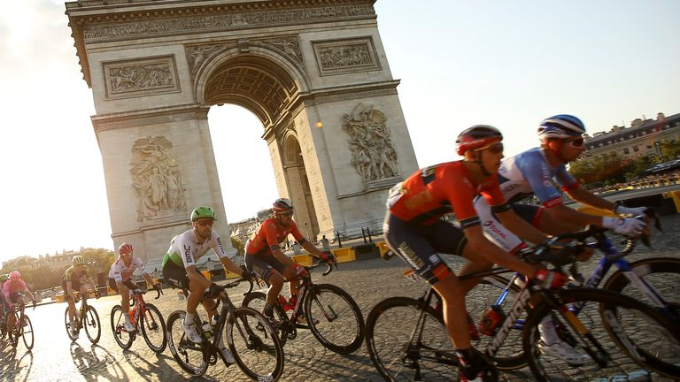The pack passes in front of Arch of Triumph