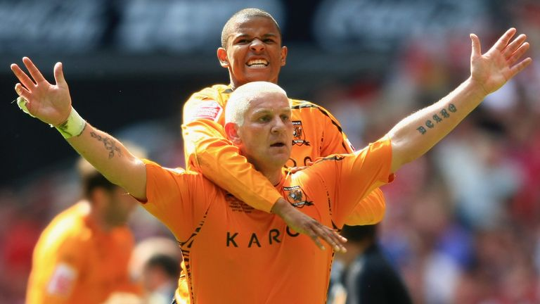 Dean Windass celebrates his goal with Fraizer Campbell