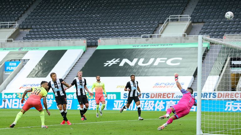 Dwight Gayle misses a key chance for Newcastle