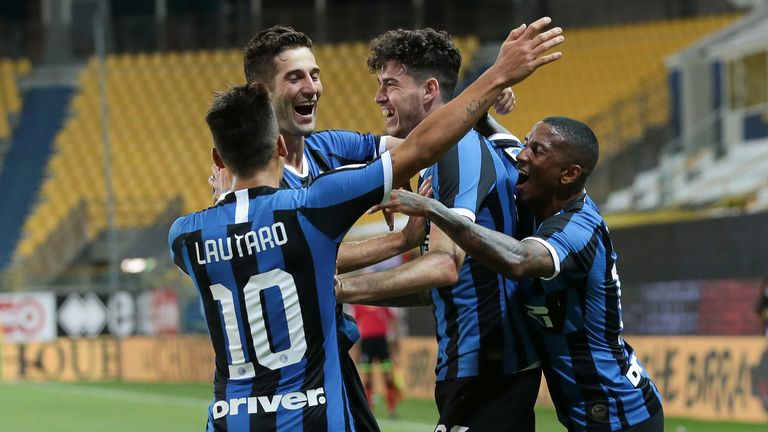 Inter's Italian defender Alessandro Bastoni celebrates with team mates after scoring a late header