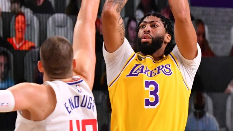 Anthony Davis rises up to shoot against the LA Clippers