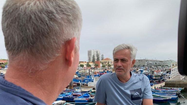 El periodista de Sky Sports News Gary Cotterill con Mourinho durante una entrevista en Portugal el año pasado