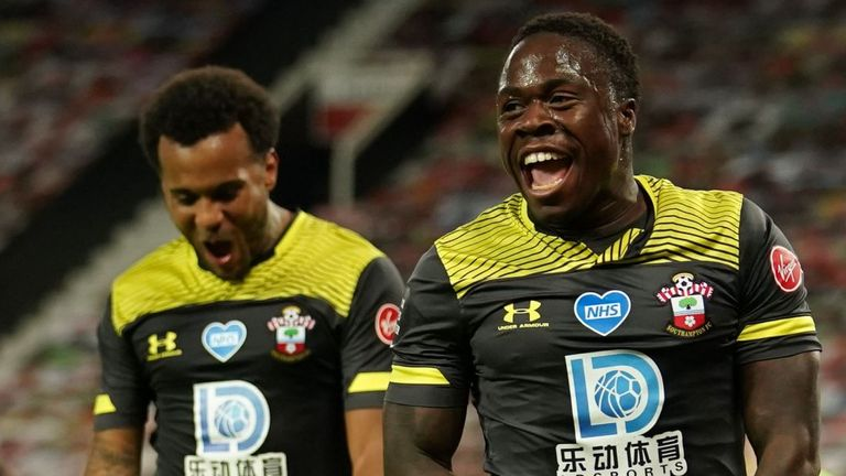 Michael Obafemi merayakan gol penyeimbang akhir melawan Manchester United