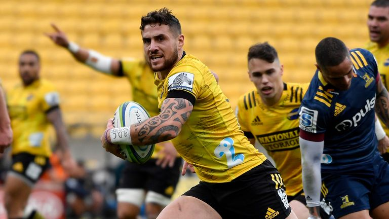 WELLINGTON, NEW ZEALAND - JULY 12: TJ Perenara of the Hurricanes scores a try during the round 5 Super Rugby Aotearoa match between the Hurricanes and the Highlanders at Sky Stadium on July 12, 2020 in Wellington, New Zealand. (Photo by Masanori Udagawa/Getty Images)