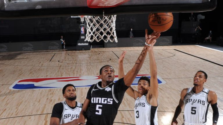 De'Aaron Fox of the Sacramento Kings shoots the ball against the San Antonio Spurs