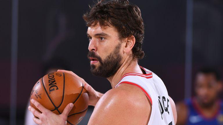 Marc Gasol initiates the Raptors offense in a regular season seeding game