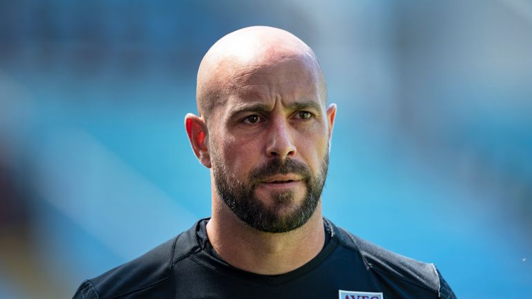 Pepe Reina has completed his move from AC Milan to Lazio