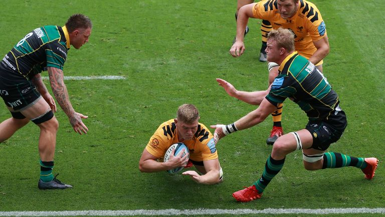 Jack Willis dives over for Wasps' second try