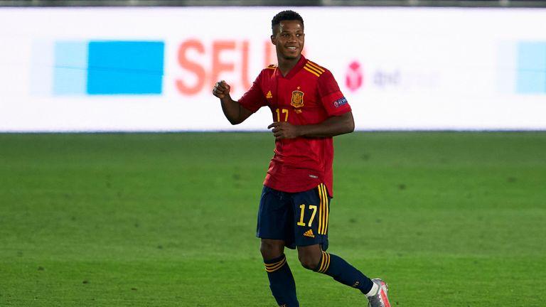 Ansu Patti de España celebra después de anotar el tercer gol de su equipo durante el partido de la fase de grupos de la Liga de Naciones de la UEFA entre España y Ucrania el 6 de septiembre de 2020 en el Estadio Alfredo di Stefano en Madrid, España.
