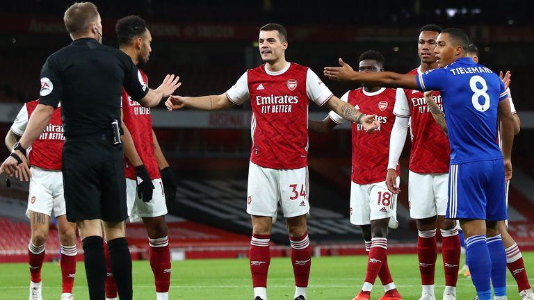 Les joueurs d'Arsenal et de Leicester protestent alors que les Gunners & # 39; but précoce est exclu pour hors-jeu
