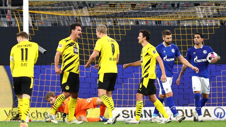 Mats Hummels celebrates the third goal as Borussia Dortmund beat Schalke 3-0