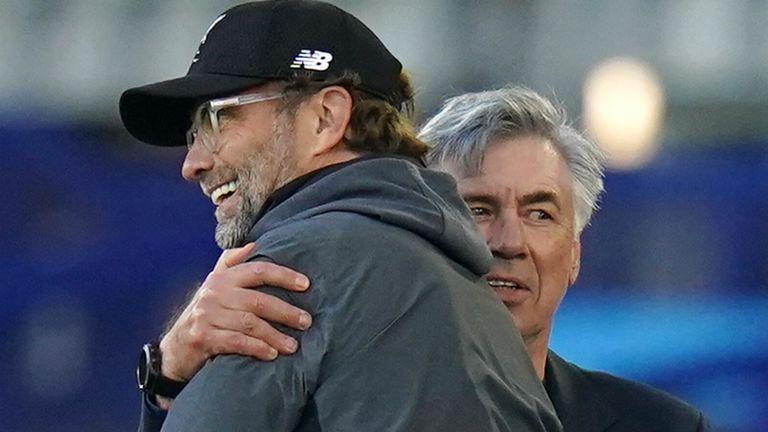 Jurgen Klopp y Carlo Ancelotti se abrazan