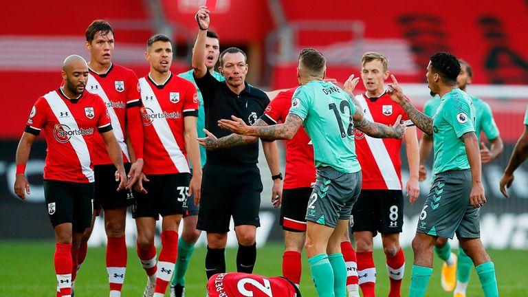 El árbitro Kevin Friend le muestra a Digne una tarjeta roja directa en la segunda mitad