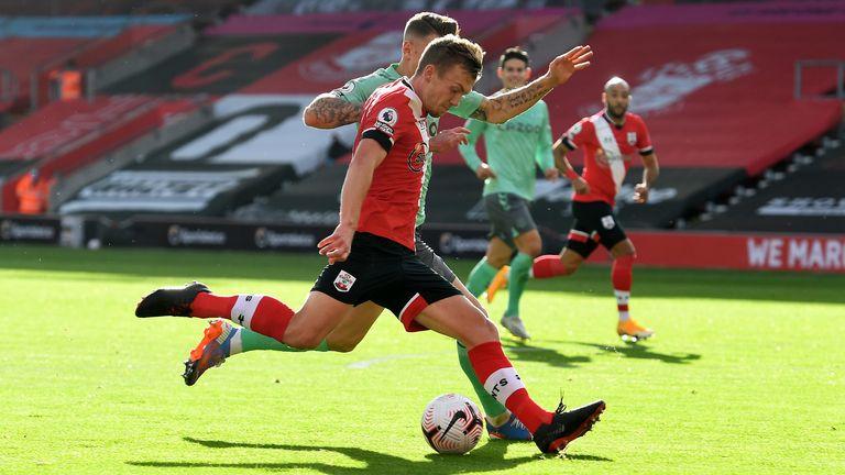 James Ward-Prowse de Southampton anota el primer gol de sus lados durante el partido de la Premier League entre Southampton y Everton en el estadio St Mary's Stadium el 25 de octubre de 2020 en Southampton, Inglaterra.