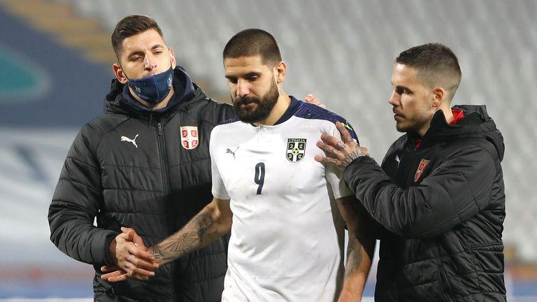 Aleksandar Mitrovic est consolé après son penalty manqué décisif