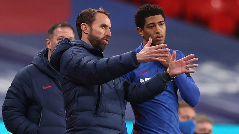 Gareth Southgate speaks to Jude Bellingham before his introduction