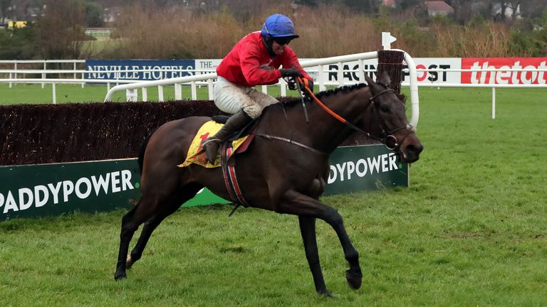 A Plus Tard ridden by Darragh O'Keeffe on their way to winning the Savills Chase