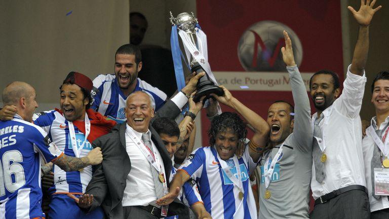 O veterano técnico português Jesualdo Ferreira festeja com Nuno Espírito Santo após vitória na taça com o Porto
