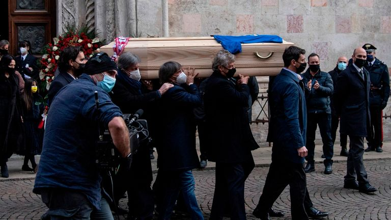 Italy's 1982 national team football players and the son of Paolo Rossi, Alessandro Rossi (R), carry the coffin of the late Italian football player during his funeral at the Santa Maria Annunciata Cathedral in Vicenza, Italy, on December 12, 2020. - Former Italy's football player Paolo Rossi died on December 9, 2020 in Siena at the age of 64