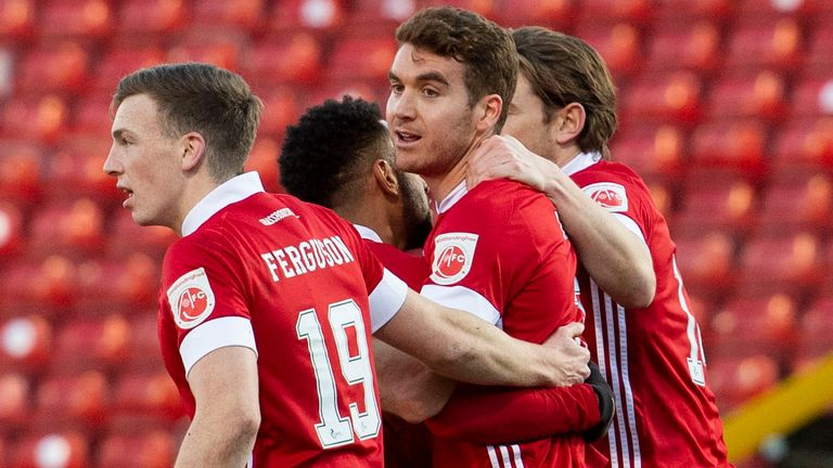 Aberdeen's Tommie Hoban (centre) celebrates making it 1-0 against Motherwell