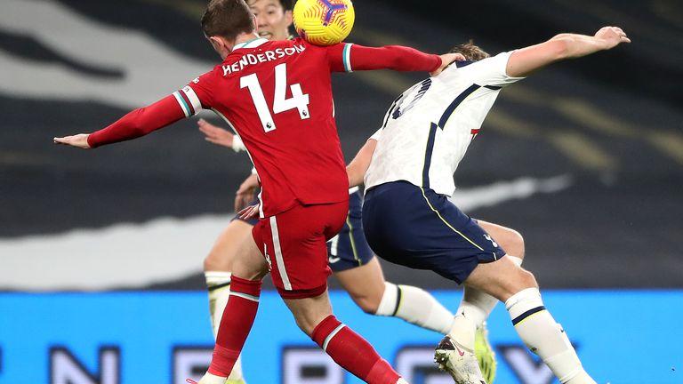 Harry Kane subisce un colpo alla caviglia sinistra dopo uno scontro aereo con Jordan Henderson