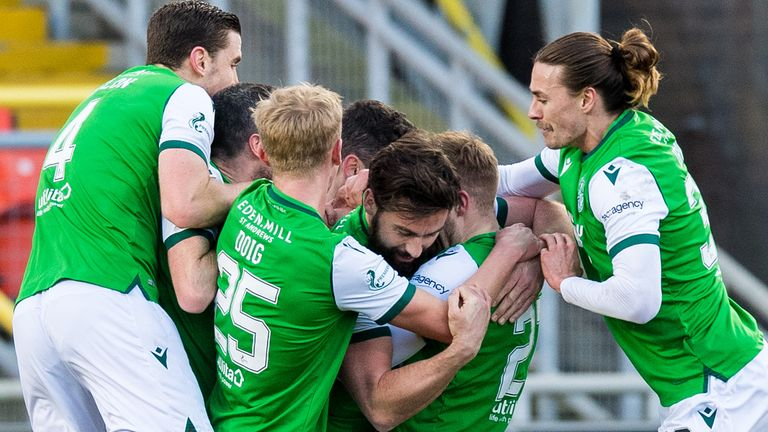Hibernian celebrate after Darren McGregor's first goal in two years