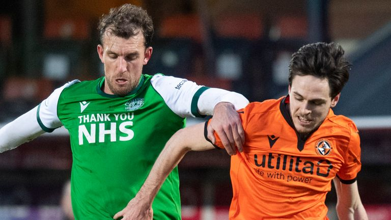 DUNDEE, SCOTLAND - JANUARY 30: Hibernian's Christian Doidge and Dundee United's Liam Smith during a Scottish Premiership match between Dundee United and Hibernian at Tannadice Park on January 30, 2021, in Dundee, Scotland. (Photo by Ross Parker / SNS Group)