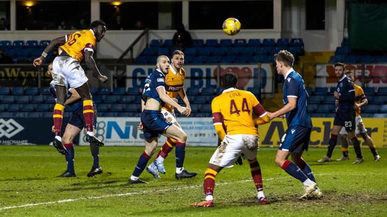 DINGWALL, ESCOCIA - 27 DE ENERO: Bevis Mugabi anotó 2-1 en el partido de la Premier League escocesa de Motherwell entre Ross County y Motherwell en el Global Energy Arena el 27 de enero de 2021 en Dingwall, Escocia.  (Foto: Alan Harvey / SNS Group)