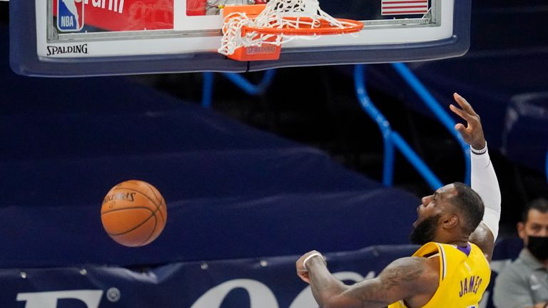 L'attaquant des Los Angeles Lakers LeBron James (23 ans) dunk dans la première moitié d'un match de basket NBA contre le Thunder d'Oklahoma City, mercredi 13 janvier 2021, à Oklahoma City.  (Photo AP / Sue Ogrocki)