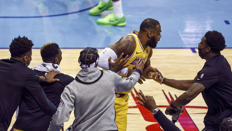 Les joueurs du banc des Los Angeles Lakers réagissent après un panier de l'attaquant LeBron James contre les Houston Rockets lors du deuxième quart d'un match de basket de la NBA mardi 21 janvier 2021, à Houston.  (Troy Taormina / Photo de la piscine via AP)