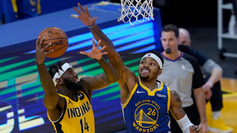 L'attaquant des Indiana Pacers JaKarr Sampson (14) tire contre l'attaquant des Golden State Warriors Kent Bazemore (26) au cours de la seconde moitié d'un match de basket NBA à San Francisco, le mardi 12 janvier 2021 (AP Photo / Jeff Chiu)