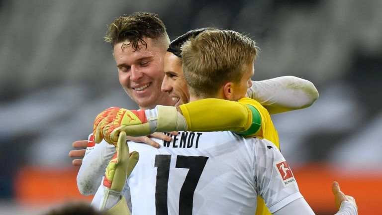 Mooenchengladbach's players, including goalkeeper Yann Sommer (M) and Oscar Wendt, celebrate victory