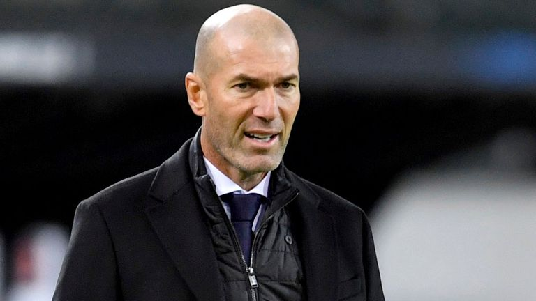 27 October 2020, North Rhine-Westphalia, M'nchengladbach: Football: Champions League, Group stage, Group B, 2nd matchday, Borussia M'nchengladbach - Real Madrid at the stadium in Borussia-Park. Coach Zinedine Zidane (l) of Madrid is standing on the edge of the field. Photo by: Marius Becker/picture-alliance/dpa/AP Images