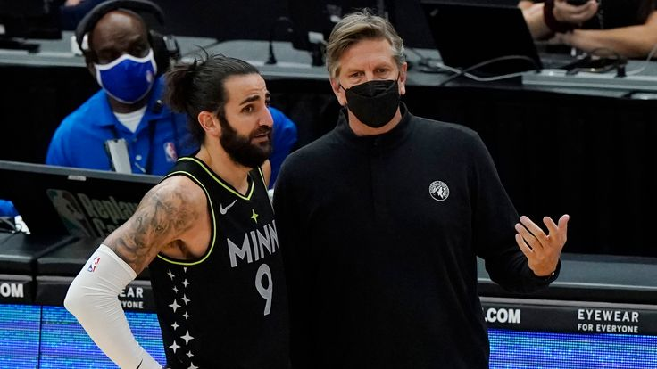 Chris Finch talks to point guard Ricky Rubio during the Minnesota Timberwolves' game against the Chicago Bulls