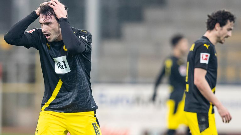 Mats Hummels and Thomas Delaney react during Borussia Dortmund's defeat to Freiburg