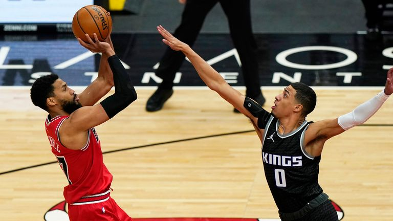 Chicago Bulls guard Garrett Temple shoots against Sacramento Kings guard Tyrese Haliburton