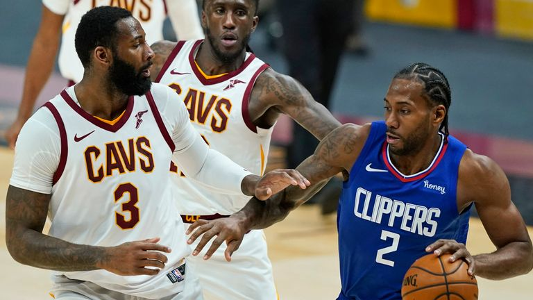 Los Angeles Clippers' Kawhi Leonard drives against Cleveland Cavaliers' Andre Drummond