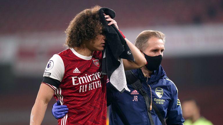David Luiz d'Arsenal reçoit un traitement après un affrontement avec les Wolverhampton Wanderers  Raul Jimenez (non représenté) lors du match de Premier League à l'Emirates Stadium