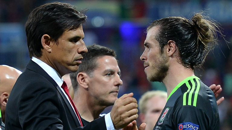 Former Wales manager Chris Coleman (centre) and Wales' Gareth Bale (right)