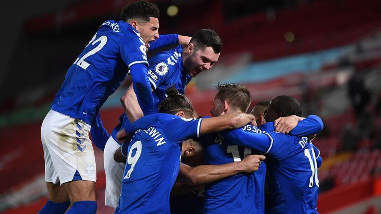 Los jugadores del Everton celebran después de que Gylfi Sigurdsson los pone 2-0 arriba en Anfield