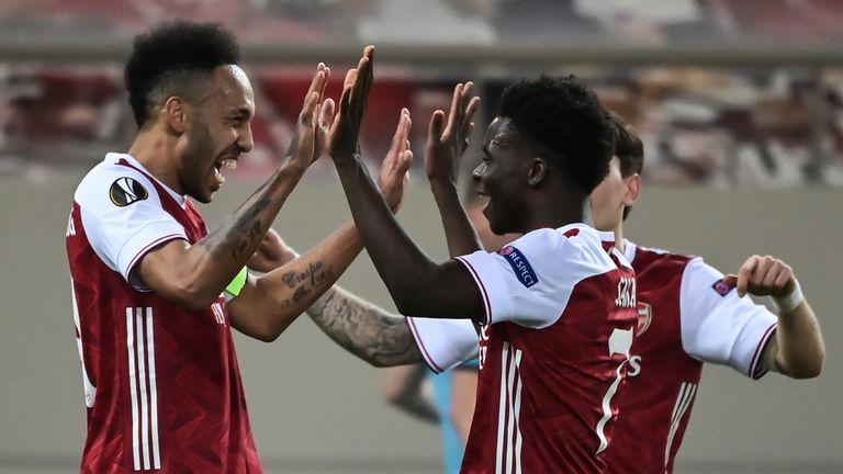 Arsenal striker Pierre-Emerick Aubameyang (L) celebrates after scoring a goal against Benfica