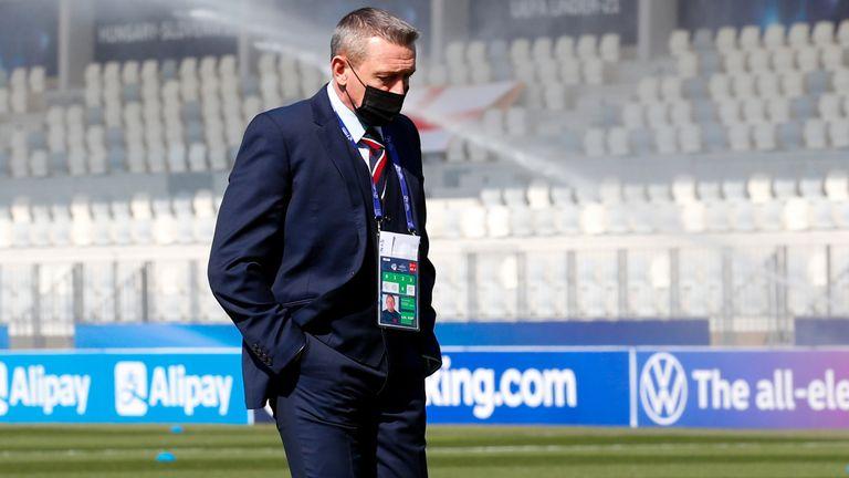 Aidy Boothroyd marche sur le terrain avant l'ouverture du Championnat d'Europe U21 d'Angleterre contre la Suisse