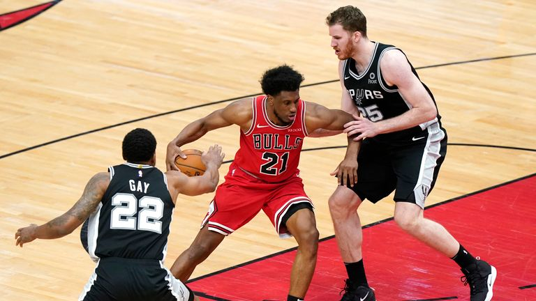 Highlights of the San Antonio Spurs against the Chicago Bulls in Week 13 of the NBA.