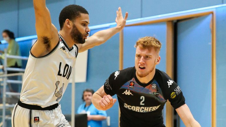 Hildreth drives to the basket against the London Lions (image: Rob Sambles)